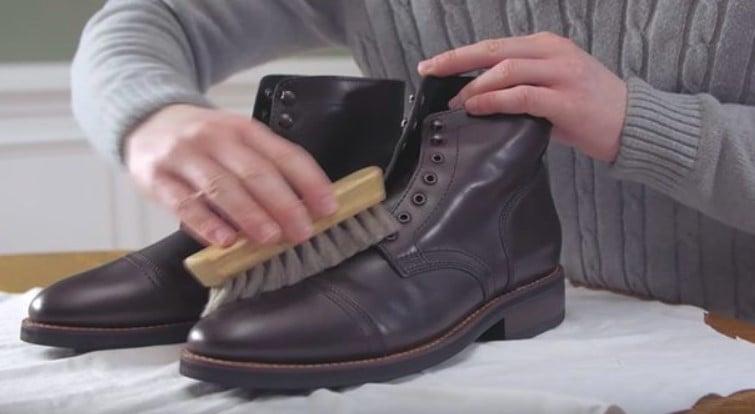 xử lý vết bẩn giày boot nam