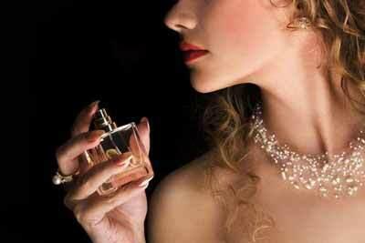Đàn ông thích phụ nữ dùng nước hoa gì? Đi tìm 10 mùi hương hấp dẫn nhất